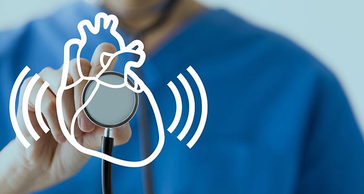 心臓に聴診器をあてる